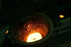 Induktionstiegelofen schmilzt sortenrein bis 4,5 to Flüssigeisen je Charge.