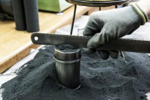 Formsand für eine Probe der Zugfestigkeit des Sandes wird in den Probenkörper eingefüllt
