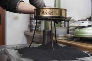 Gleichmäßige Größenverteilung im Formsand gewährleistet eine hohe Fertigungsqualität in einer Eisengiesserei für anspruchsvolle Komponenten.