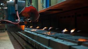 kleine Maschinenformanlage fertigt Komponenten aus Gusseisen bis 30 kg Stückgewicht.