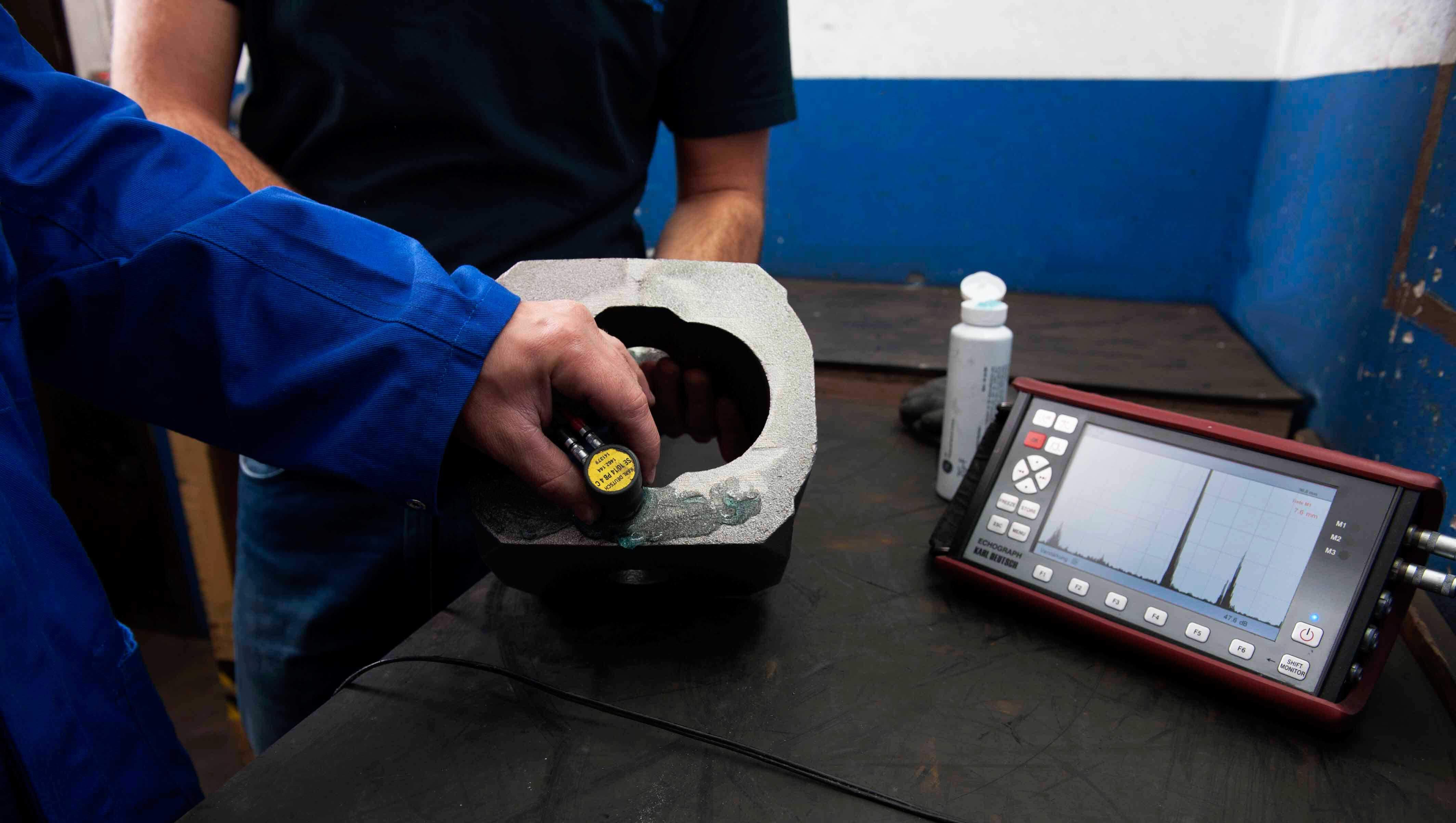 Parallel zur Fertigung werden produktionsbegleitend Bauteile aus ADI, GGG und EN-GJS, sowie ausferritische Gusseisen mit Ultraschall auf mögliche Abweichungen überprüft.