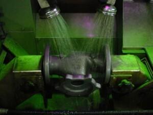 In der Kontrolle werden sicherheitsrelevante Gussteile auf Rissfreiheit und Oberflächenstruktur überprüft und sortiert – Ausschuss geht zum Recycling in den Ofen
