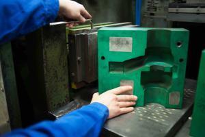 Ein Kernkasten besteht aus 2 gefrästen Kernkastenhälfte, die auf Trägerplatten verschraubt und mit einer Schießplatte zusammengestellt werden