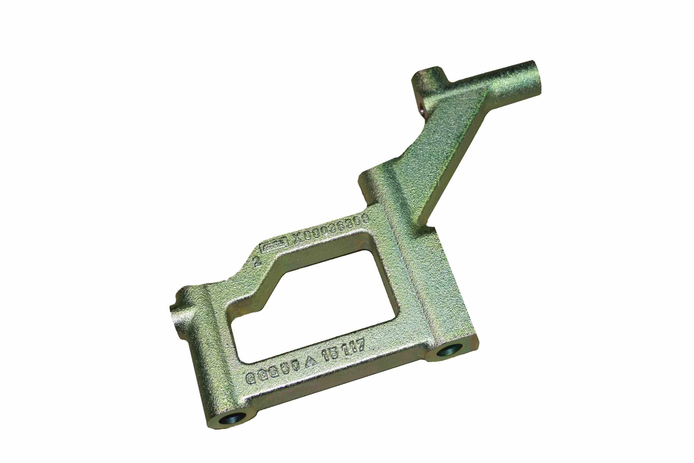 Ein Hebel für die Motortechnik wird nach der mechanischen Bearbeitung verzinkt und einbaufertig geliefert