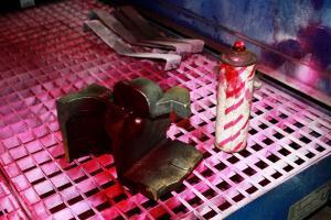 In der Kontrolle werden sicherheitsrelevante Gussteile auf Anrisse überprüft und sortiert – fehlerhaftes Material geht zum sortenreinen Recycling in den Ofen