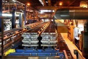große Maschinenformanlage fertigt Bauteile aus Gusseisen bis 250 kg Stückgewicht.
