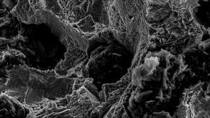 Das Rasterelektronenmikroskop zeigt Sphärolithen im duktilen Eisenguss für Bauteilen für den Sonder-Maschinenbau aus EN-GJS.