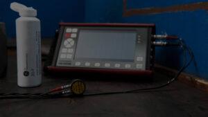 Während der laufenden Produktion werden fertigungsbegleitend Bauteile aus Sphäroguss und ausferritische Gusseisen mit Ultraschall auf Fehlerfreiheit überprüft.
