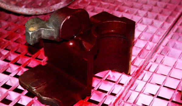 Nicht-Magnetisierbare Gussteile für den Fahrzeugbau werden mit der Rot-Weiß-Prüfung (PT-Prüfung) kontrolliert und einzeln dokumentiert.