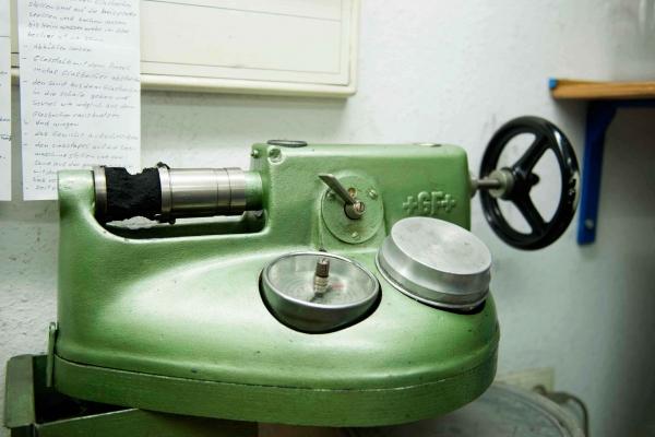 Die Druckfestigkeit des Formstoffs wird im Sandlabor einer Maschinengiesserei für Grauguss und Sphäroguss täglich überprüft.
