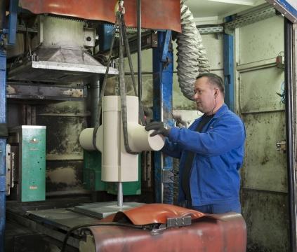 Entnahme schwerer Dandkerne aus dem automatisierten Kernkasten für eine hochfeste Chemie-Armatur aus Sphäroguss