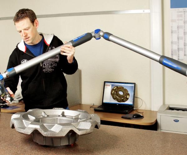 Kernintensive Gussteile werden im Erstmusterprozess (FAI) im Messraum mit dem FARO-Arm auf Maßhaltigkeit überprüft.