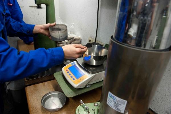 Der Anteil Bentonit im Formsand wird im Sandlabor einer Maschinengiesserei für Grauguss und Sphäroguss täglich überprüft