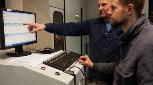 Mit einem Röntgenspektrometer werden Vorgabewerte und Ist-Analyse der chemischen Zusammensetzung einer Eisenschmelze für die Produktion von SiMo-legiertem Gusseisen mit Kugelgrafit verglichen.