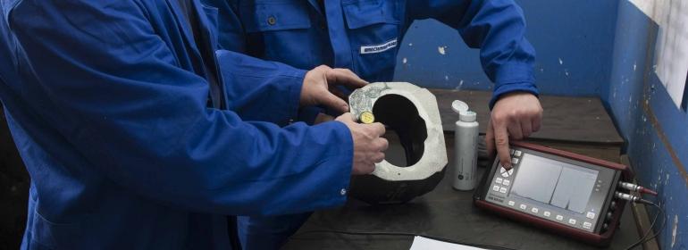 Während der laufenden Produktion werden fertigungsbegleitend Bauteile aus Gusseisen mit Ultraschall auf Fehlerfreiheit überprüft.